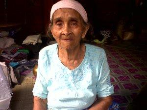 Nenek yang kami sayangi. Cerita-cerita dari beliau selalu kurindukan